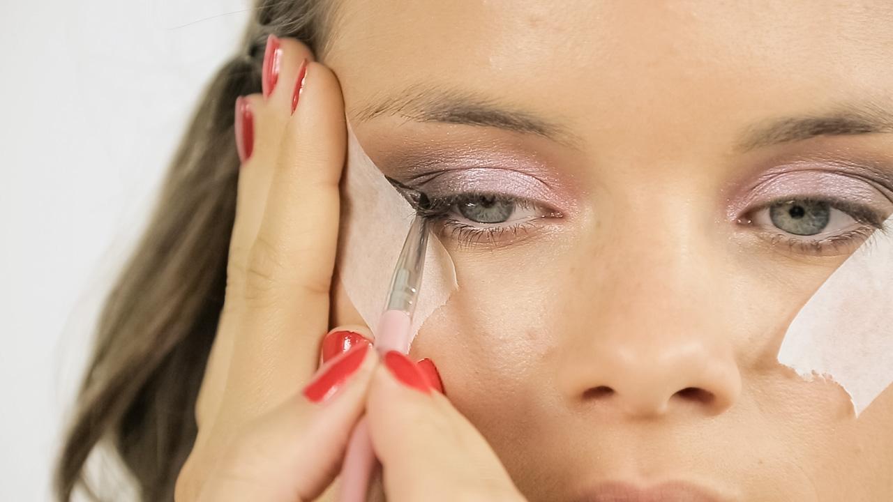 Jak si udělat oční linku pomocí lepicí pásky