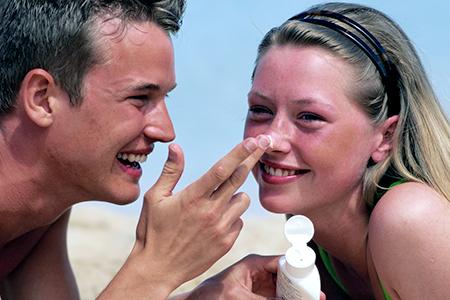 Víte, jak ošetřit spálenou kůži?